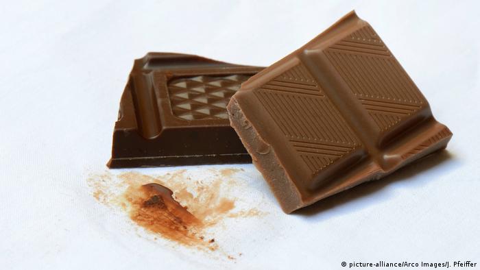 Schokoladenfleck auf weißem Stoff
