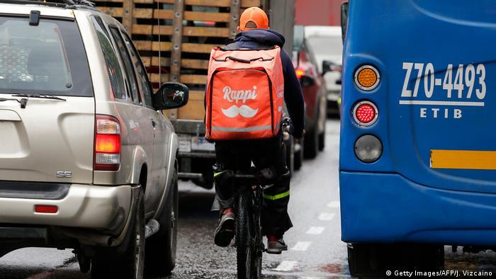 Rappitendero en bici por las transitadas calles de Bogotá, Colombia