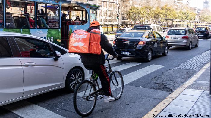 Un rappitendero corre por un cliente en Buenos Aires.