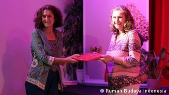 Deutschland Berlin Vortrag im Rumah Budaya Indonesia | Laura Romano mit Birgit Steffan (Rumah Budaya Indonesia)