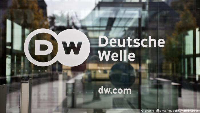 Bonn Logo Deutsche Welle an der Glastür zum Hauptsitz des Unternehmens