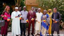 27.09.2019 Saleh Kebzabo (im gelben ) und der jungen politischen Führerin Succès Masra (im roten Anzug) in das System einfügen. Es war Freitag, der 27. September 2019 in N'Djamena während eines Treffens bei Saleh Kebazbo.