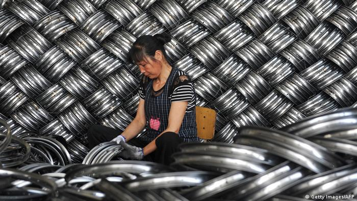 China Arbeiterin in einer Fabrik