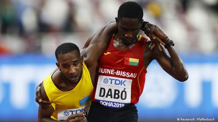 Leichtathletik-WM Doha 2019 | Guinea-Bissaus Braima Suncar Dabo hilft Arubas Jonathan Busby, das Rennen zu beenden (Reuters/K. Pfaffenbach )