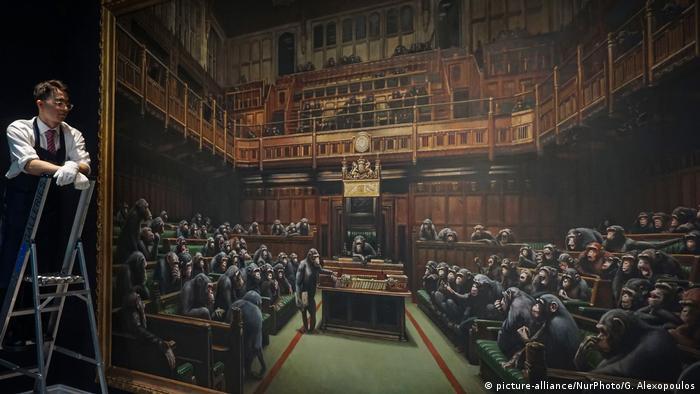 London Banksy-Gemälde Devolved Parliament bei Sotheby's (picture-alliance/NurPhoto/G. Alexopoulos)