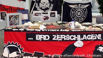 Большинство радикальных препперов - экстремисты правого толка, которые не признают властей ФРГ и готовятся к войне с мигрантами. На фото - конфискованные у неонацистов оружие и символика.