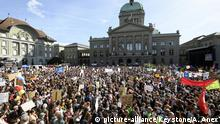People demonstrate during a National Climate strike demonstration to protest a lack of climate awareness front of Swiss Parliament, in Bern, Switzerland, Saturday, September 28, 2019. (KEYSTONE/Anthony Anex) |