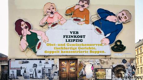 Foto do livro de Andreas Metz mostra fachada de estabelecimento alemão-oriental