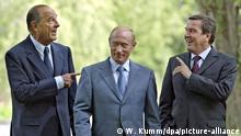 ARCHIV - 31.08.2004, Russland, Sotschi: Der damalige Bundeskanzler Gerhard Schröder (r) scherzt mit dem damaligen russischen Präsidenten Wladimir Putin (M) und dem damaligen französischen Staatspräsidenten Jacques Chirac auf Putins Sommersitz am Schwarzen Meer. Der konservative Politiker sei am Donnerstag im Alter von 86 Jahren gestorben, berichtete die Nachrichtenagentur AFP unter Berufung auf Chiracs Familie. Foto: Wolfgang Kumm/dpa +++ dpa-Bildfunk +++ | Verwendung weltweit
