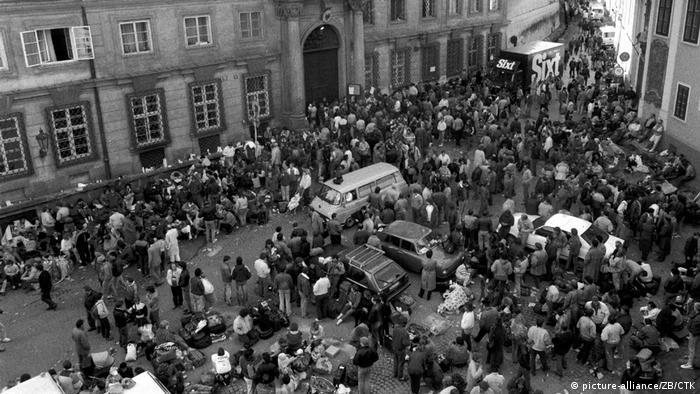 Bildergalerie - 30 Jahre Genscher in Prag | Prag 1989 - DDR-Flüchtlinge vor Prager Botschaft der Bundesrepublik (picture-alliance/ZB/CTK)