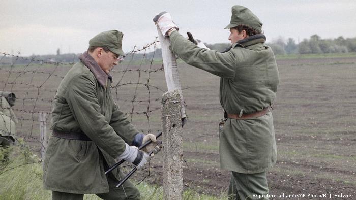 Bildergalerie - 30 Jahre Genscher in Prag | ungarischer Soldat durchtrennt Zaun
