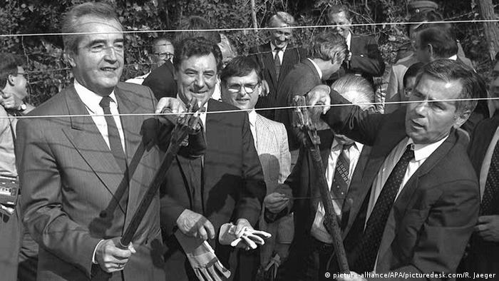 El ministro de Asuntos Exteriores, Alois Mock (Austria, izquierda), y Gyula Horn (Hungría, derecha) cortan simbólicamente la valla fronteriza el 27 de junio de 1989.