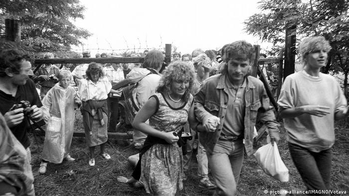 Ciudadanos de la RDA huyen en la frontera entre Hungría y Austria el 19 de agosto de 1989.