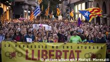 Pro-independence demonstrators march during a protest in Sabadell, near Barcelona, Spain, Saturday, Sept. 28, 2019. Several thousand people have marched in a town near Barcelona to protest the jailing of seven Catalan separatists for allegedly planning to commit violent acts of terrorism with explosives. The banner reads in Catala The repression will not stop us. Freedom. (AP Photo/Emilio Morenatti) |
