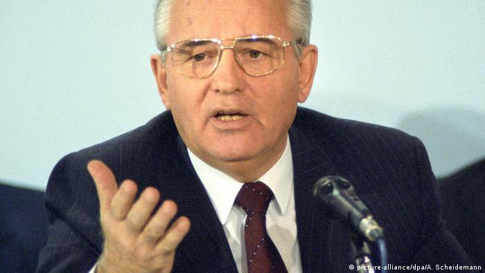 Sovyet lider Gorbaçov'un Glasnost ve Perestroyka politikaları Soğuk Savaş'ın sonunu hazırladı.