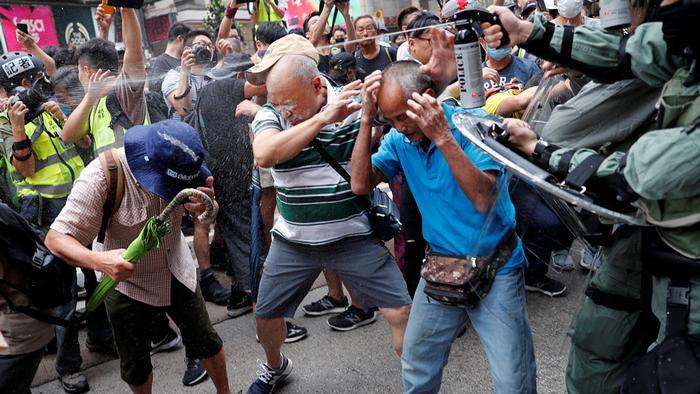 Hongkong Protest gegen China & Ausschreitungen   Pfefferspray