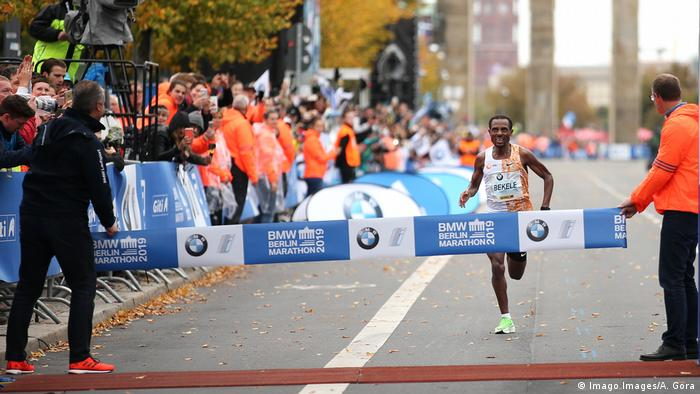 Kenenisa Bekele heads for the finish line in the 2019 Berlin Marathon (Imago Images/A. Gora)