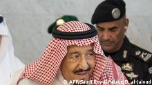 ARCHIV +++ (FILES) This handout file photo provided by the Saudi Royal Palace on September 25, 2019 shows Saudi Arabia's King Salman bin Abdulaziz (L) accompanied by his personal bodyguard General Abdel Aziz al-Fagham (R), receiving the Iraqi prime minister in the Saudi Red Sea coastal city of Jeddah. - Fagham, was shot dead by a friend during a personal dispute in Jeddah, Saudi police said today. (Photo by Bandar AL-JALOUD / Saudi Royal Palace / AFP) / RESTRICTED TO EDITORIAL USE - MANDATORY CREDIT AFP PHOTO / SAUDI ROYAL PALACE / BANDAR AL-JALOUD - NO MARKETING - NO ADVERTISING CAMPAIGNS - DISTRIBUTED AS A SERVICE TO CLIENTS: