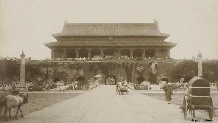China 1901 | Tiananmen-Platz (public domain)
