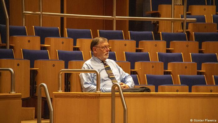 Gilbert von Studnitz listens to the rehearsal (Günter Plewnia)