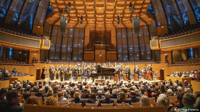 Düsseldorf   Orchestra standing in der Tonhalle (Günter Plewnia)