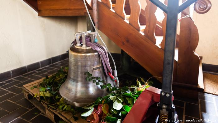 The new bell at St Michael's church in Fassberg (picture-alliance/dpa/P. Schulze)