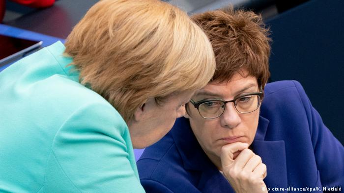 Kanzlerin Merkel und AKK Mimik