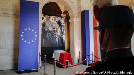 Οι Γάλλοι αποχαιρετούν τον Ζακ Σιράκ