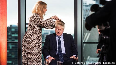 Održavanje razbarušene frizure britanskog premijera Borisa Džonsona navodno košta svega petnaest funti. Kao da i time ovaj izdanak bogate dinastije koji je pohađao prestižne škole poručuje da je - čovjek iz naroda. Ali, to ne znači da mu je svejedno kako mu kosa izgleda. Ovo su bile posljednje pripreme pred nastup na kongresu njegovih konzervativaca.
