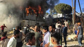 Eικόνες από τη χθεσινή πυρκαγιά στο προσφυγικό κέντρο της Μόριας στη Λέσβο