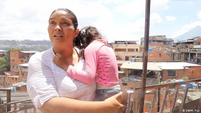 Venezuela Auswirkungen der Sanktionen | Carolina Jenjerlys mit ihrer Tochter (DW/M. Fox)