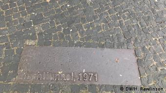 Bodenplatte mit Aufschrift Fluchttunnel 1971 an der Bernauer Straße