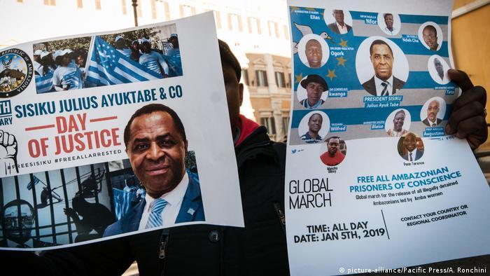 Placards showing Sisiku Ayuk Tabe | Sisiku (picture-alliance/Pacific Press/A. Ronchini)