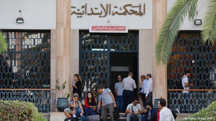 روزنامهنگاران مراکشی پشت در دادگاه منتظر اعلام رای. ۳۰ سپتامبر ۲۰۱۹، رباط