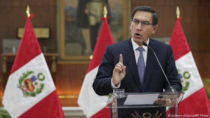 Peru Rede an die Nation Präsident Martin Vizcarra (picture-alliance/AP Photo/M. Mejia)