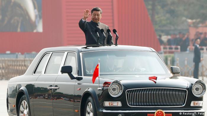 Presidente chinês, Xi Jinping, acena do teto solar de uma limusine