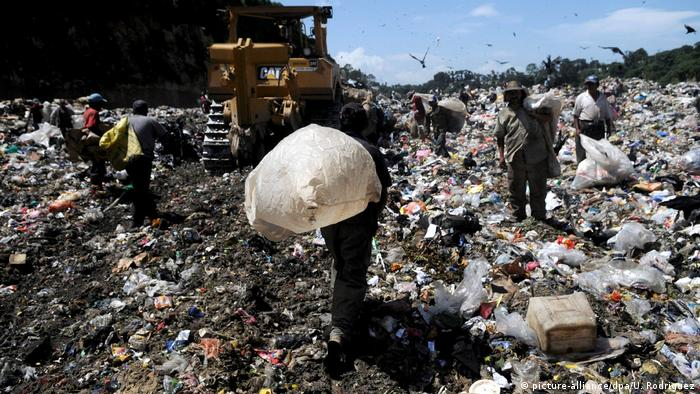 BG Müllhalden in Lateinamerika | Stadtmülldeponie in Guatemala Stadt (picture-alliance/dpa/U. Rodriguez)