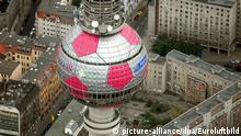 Blick aus der Vogelperspektive am 25.05.2006 auf den Berliner Fernsehturm, der mit magentafarbiger Folie von Industriekletterern zu einem überdimensionalen Fußball umgestaltet wurde. Foto: Euroluftbild +++(c) dpa - Report+++ |