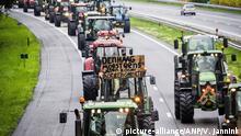 2019-10-01 10:19:36 DE WIJK - Bauern aus Drenthe blockieren mit ihren Traktoren die Autobahn A28 zwischen Hoogeveen und Meppel. Die Bauern beteiligen sich unter dem Namen #Agractie an einer nationalen Protestkundgebung auf dem Malieveld in Den Haag. Die Demonstranten glauben, dass der Agrarsektor mit zu vielen sozialen Problemen konfrontiert ist, von der Reduzierung von Phosphat und Stickstoff bis hin zu Klimapolitik und Tierschutz. ANP VINCENT JANNINK |