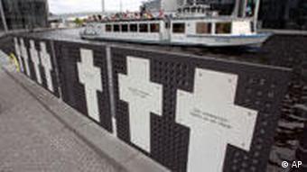Λευκοί σταυροί στη μνήμη των Ανατολικογερμανών που έχασαν τη ζωή τους επιχειρώντας να δραπετεύσουν στο Δυτικό Βερολίνο