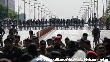 01.10.2019, Irak, Bagdad: Irakische Sicherheitskräfte blockieren während einer Demonstration gegen Korruption in der Regierung und politischen Stillstand auf dem Tahrir-Platz eine Straße. Im Irak herrscht in der Bevölkerung unter anderem wegen der schlechten Infrastruktur und Arbeitslosigkeit großer Frust. Foto: Ameer Al Mohammedaw/dpa +++ dpa-Bildfunk +++