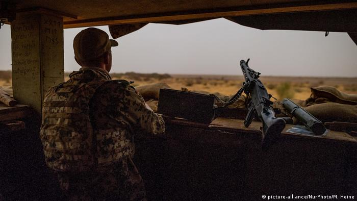 A German soldier at a lookout in Mali (picture-alliance/NurPhoto/M. Heine)