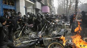 مقاومت مردم تهران در برابر نیروهای انتظامی در روز اوج اعتراضات مردمی، عاشورای ۱۳۸۸