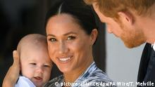 25.09.2019, Südafrika, Kapstadt: Der britische Prinz Harry (r), Herzog von Sussex, und seine Frau Meghan (M), Herzogin von Sussex, kommen gemeinsam mit ihrem Sohn Archie (l) zu einem Besuch bei Desmond Tutu, Erzbischof von Kapstadt und Friedensnobelpreisträger, an. Die britischen Royals befinden sich auf dem dritten Tag ihrer 10-tägigen Afrikareise, die am 23.09.2019 begonnen hat. Foto: Toby Melville/PA Wire/dpa +++ dpa-Bildfunk +++