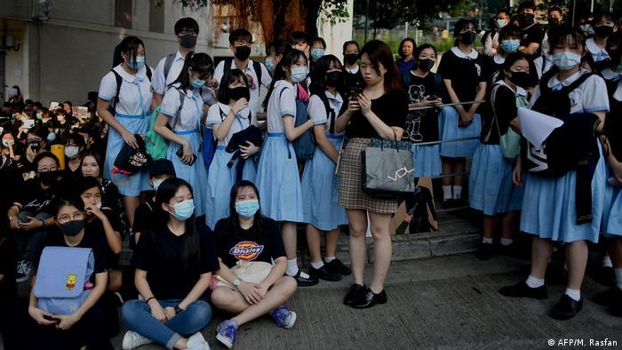 Sentada de estudiantes en Hong Kong en protesta por balas de la Policía que hirieron a más de 15 personas. (2.10.2019).