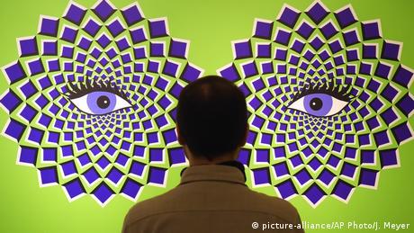 """I? Da li se četvorougaonici oko očiju pomjeraju? Naravno da ne. To je samo optička varka. I reklama za izložbu """"Tricked!"""" u zamku Avgustusburgu kod Kemnica. Izložen je čitav niz ovakvih slika i instalacija koje oči i mozak posjetioca mogu da prevare."""