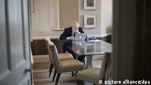 01.10.2019, Großbritannien, Manchester: Boris Johnson, Premierminister von Großbritannien, sitzt an einem Tisch vor einem Laptop, während er eine Rede vorbereitet, die er am 02.10.2019 auf dem Parteitag der britischen Konservativen halten wird. Foto: Stefan Rousseau/pool PA/dpa +++ dpa-Bildfunk +++ |