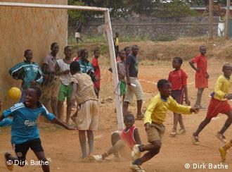 Kamerunische Fußball-Schüler: Tor!