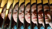 Eine Junge Besucherin schaut sich durch einen Fresnel-Spiegel an, in der Sonderausstellung Spiegeleien in Winterthur, Schweiz, am Donnerstag, 25. April 2002. (AP Photo/KEYSTONE/Gaetan Bally)
