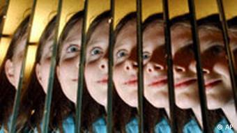 Eine Junge Frau schaut sich durch einen Fresnel-Spiegel an